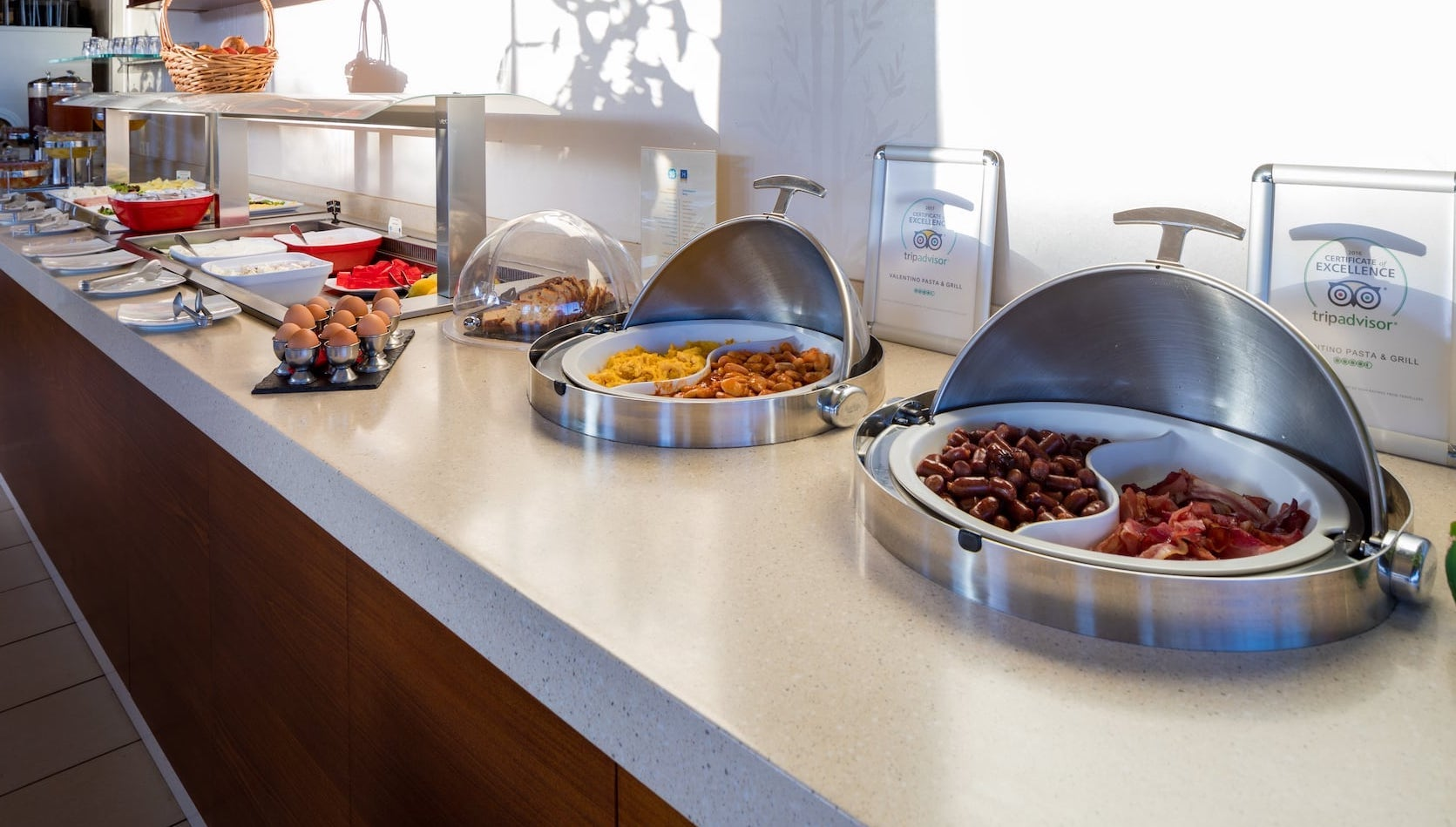 Eggs, sausages and other delicacies are offered for breakfast in Oscar Suites & Village.
